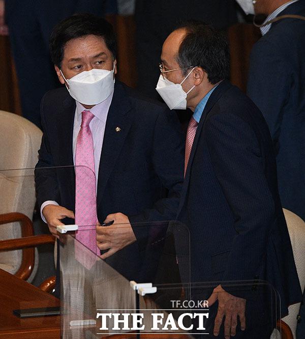 대화 나누는 국민의힘 김기현 원내대표(왼쪽)와 추경호 원내수석부대표의 모습.