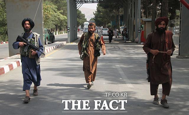 카불 공항 입구에서 무장한 탈레반 조직원들이 순찰을 돌고 있는 모습. /카불=신화.뉴시스
