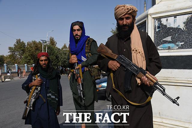 1일 아프가니스탄 마자르이샤리프에서 탈레반 조직원들이 경비를 서고 있다. /마자르이샤리프=신화.뉴시스