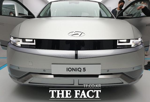 현대차는 브랜드 최초 전용 전기차 아이오닉 5가 지난 8월 한 달 동안 내수 시장에서 3337대가 판매됐다고 1일 밝혔다. /더팩트 DB