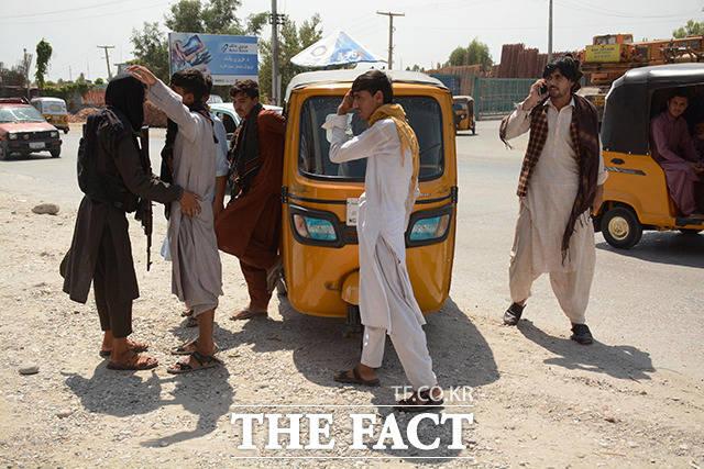 지난달 31일 아프가니스탄 낭가르하르에서 탈레반 조직원들이 검문을 하고 있다. /낭가르하르=신화.뉴시스