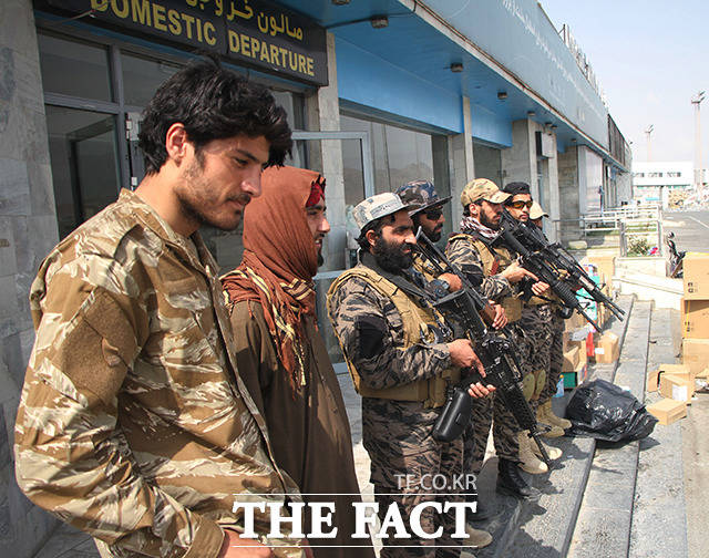 카불 공항에서 탈레반 조직원들이 경비를 서고 있다. /카불=신화.뉴시스