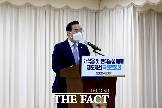 동물복지국회포럼 공동대표인 박홍근 의원은 8월 2건의 동물보호법을 대표발의했다. 지난 6월 22일 개식용 및 반려동물 매매 제도개선 국회 토론회에서 인사말하는 박 의원. /박홍근 의원 블로그