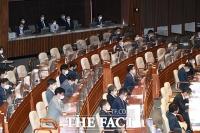 코로나19 확진된 임종성 의원…국회 개회식서 '주변까지 빈자리' [TF사진관]