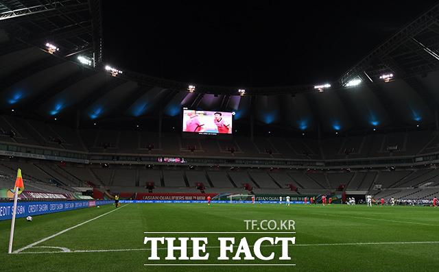 선수들의 목소리와 거친 숨소리 외엔 들리지 않는 경기장.