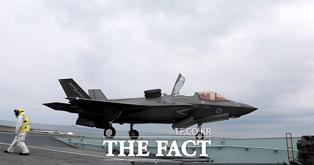 F-35B는 리프트 팬을 이용해 수익 이착륙이 가능한 전투기로 출격을 위한 활주거리가 짧다.