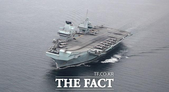동해 남부 해상에서 체류를 하고 있는 영국의 항공모함 퀸 엘리자베스.