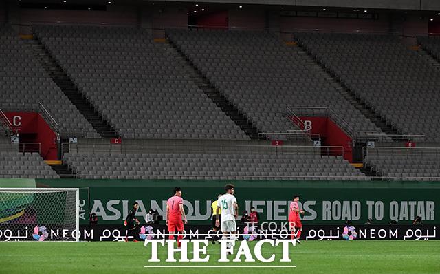 2일 오후 서울 마포구 서울상암월드컵경기장에서 2022 카타르 월드컵 최종예선 1차전 대한민국과 이라크의 경기가 국내에서 열리는 공식 국가대항전 사상 첫 무관중으로 펼쳐지고 있다. /상암월드컵경기장=남용희 기자
