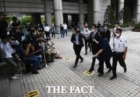 '법정 향하는 무거운 발걸음'...불법승계 혐의 받는 이재용 부회장 [TF사진관]