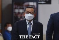 어두운 표정으로 법정 향하는 김학의 [포토]
