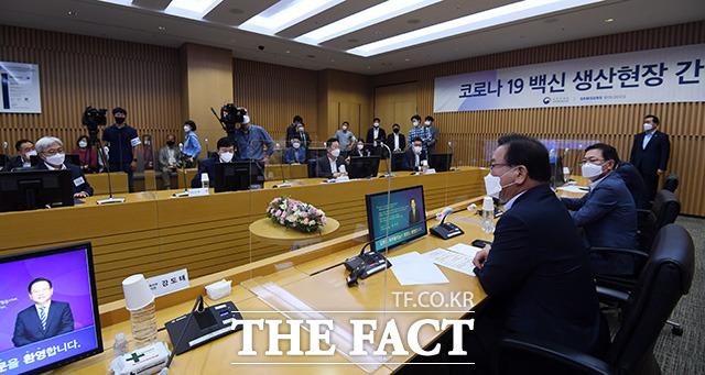 김부겸 국무총리(오른쪽)가 존림 사장을 비롯한 관계자들과 간담회를 갖고 있다.
