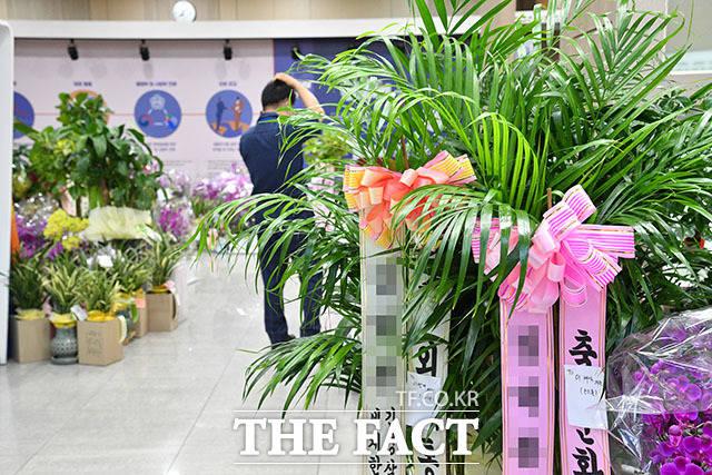 국회 본관 후문에 쌓여있는 화환들.