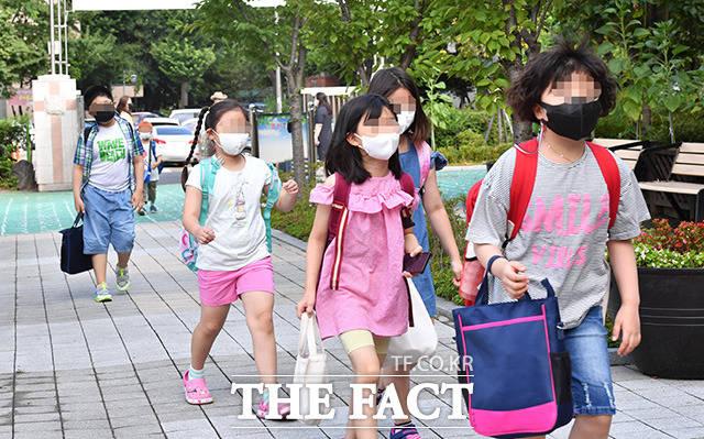 사회적거리두기 수도권 4단계·비수도권 3단계 조치가 이번에는 4주 연장된다. 8월17일 마포구 성원초 학생들이 등교를 하고 있다. /사진공동취재단