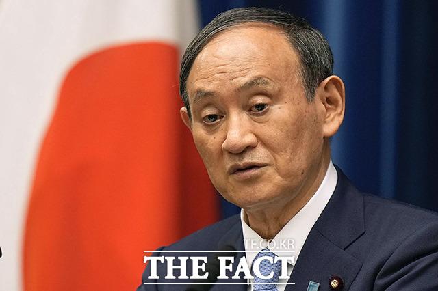일본 집권 자민당 총재인 스가 요시히데 총리가 3일 도쿄 총리관저에서 열린 내각 회의에 참석해 발언하고 있다. /도쿄=AP.뉴시스