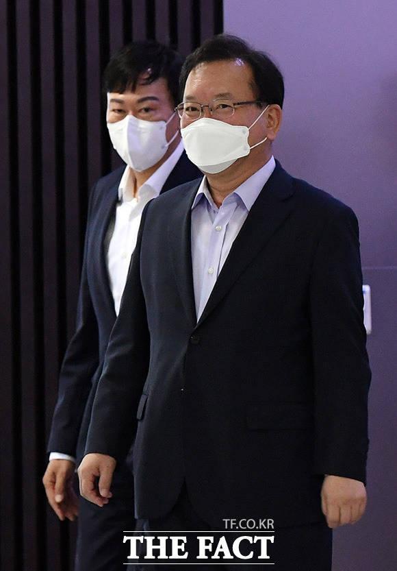김부겸 국무총리(오른쪽)가 존림 삼성바이오로직스 사장과 함께 홍보관으로 이동하고 있다.