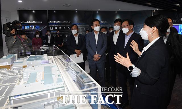 김부겸 국무총리(오른쪽 두번째)와 박남춘 인천광역시장, 존림 삼성바이오로직스 사장이 공장 시설에 대해 설명을 듣고 있다.