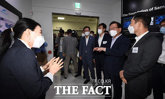 김부겸 국무총리(오른쪽 두번째)가 3일 오후 모더나 백신 생산을 준비중인 인천 송도 삼성바이오로직스 본사를 방문해 관계자로부터 공장 시설에 대한 설명을 듣고 있다./인천=임영무 기자