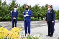 '봉하마을' 찾은 홍준표, 고 노무현 전 대통령에