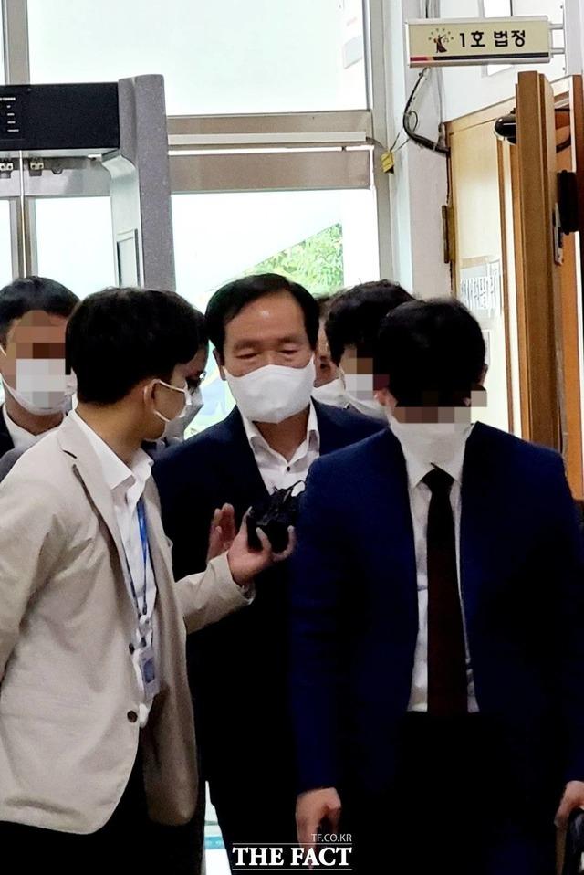영장실질심사를 마친고 나오는 김주수 의성군수./의성=이민 기자
