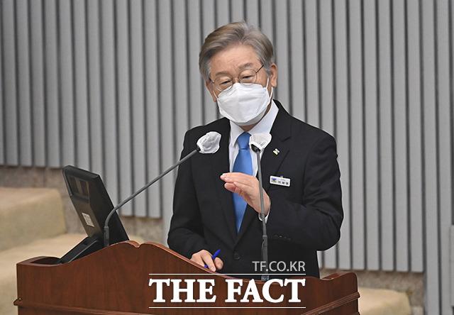 경기도의회 본회의에 출석해 위드 코로나와 관련된 입장을 밝히는 이재명 경기지사.