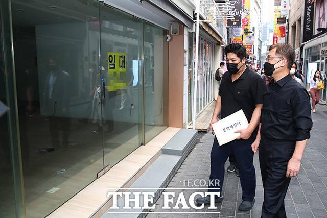 명동 거리를 둘러보며 자영업자들을 위한 #품앗이챌린지 를 펼치는 최재형 전 감사원장.