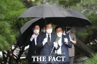 고 김대중 대통령 찾은 이낙연, '우중 참배' [TF사진관]
