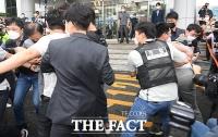'전자발찌 살인' 강윤성 구속 송치에 기습 공격 시도한 남성 [TF사진관]