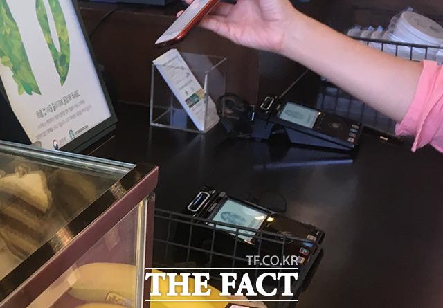 8일 한국은행에 따르면 올해 상반기(1~6월) 지급카드(신용·체크카드) 이용실적은 일평균 2조7000억 원으로 전년 동기 대비 8.4% 증가했다. /더팩트 DB