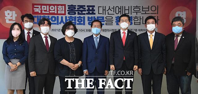 기념촬영하는 홍 의원과 의사협회 관계자들.