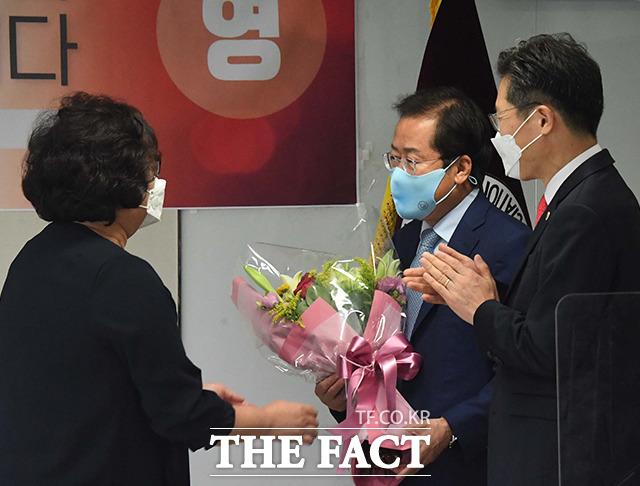 협회 간부에게 꽃다발 선물받는 홍 의원.