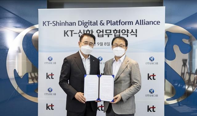 신한금융그룹은 8일 서울 중구에 위치한 신한금융 본사에서 KT와 디지털 신사업 및 플랫폼 역량강화를 위한 MOU를 체결했다. 이날 행사에서 신한금융그룹 조용병 회장(사진 왼쪽)과 KT 구현모 대표가 기념 촬영을 하고 있다. /신한금융 제공