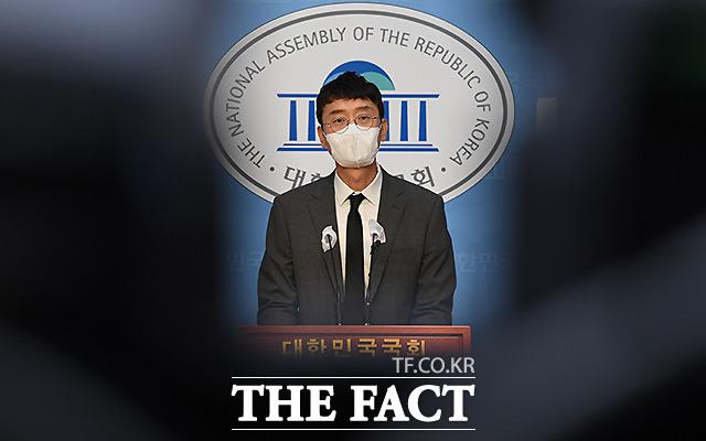 김웅 국민의힘 의원이 8일 서울 여의도 국회 소통관에서 기자회견을 갖고 모 매체를 통해 보도가 된 해당 고발장은 본인이 작성한 것이 아니라고 밝히고 있다. /국회=이선화 기자