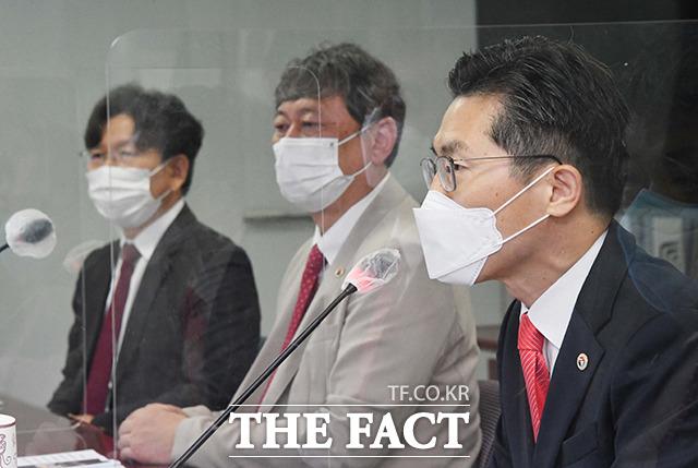 홍 의원의 발언에 답하는 이필수 대한의사협회장(오른쪽).