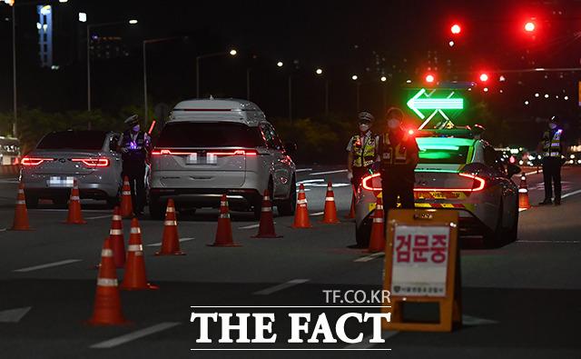 전국자영업자비상대책위원회의 차량시위가 예정된 8일 밤 서울 영등포구 여의도 교차로에서 경찰들이 차량을 검문하고 있다. /이동률 기자