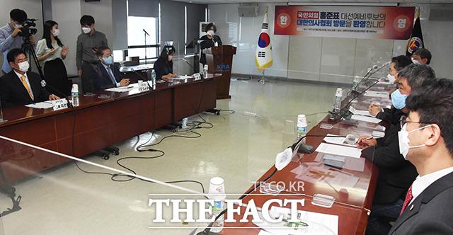 코로나19 방역대책 등 간담회에서 발언하는 홍 의원.