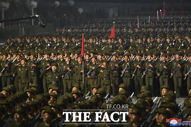 9일 새벽 북한 평양의 김일성 광장에서 공화국 창건 73돌 경축 민간·안전 무력 열병식이 열린 가운데 북한 군인들이 퍼레이드를 하고 있다. 이번 열병식은 정규군이 아닌 예비군 성격의 지방 노농적위군, 사업소·단위별 종대가 참석하는 형식으로 이뤄졌고 김정은 총비서의 연설도 없었던 것으로 전해졌다. /평양=AP.뉴시스