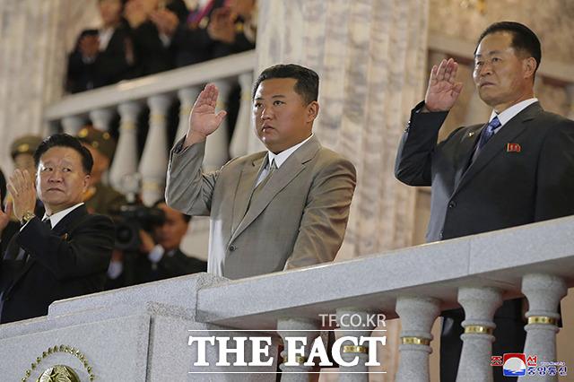 김정은 북한 노동당 총비서(가운데)가 9일 북한 평양의 김일성 광장에서 열린 공화국 창건 73돌 경축 민간·안전 무력 열병식에 참석해 군대와 군중을 향해 손을 흔들고 있다. /평양=AP.뉴시스