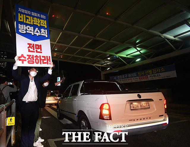 이준석 국민의힘 대표가 9일 오전 서울 영등포구 여의도 환승센터 인근에서 팻말을 들고 자영업자 차량시위를 지지하고 있다. /이동률 기자
