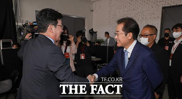 면접을 마치고 나온 유승민 전 의원과 인사하는 홍 의원.