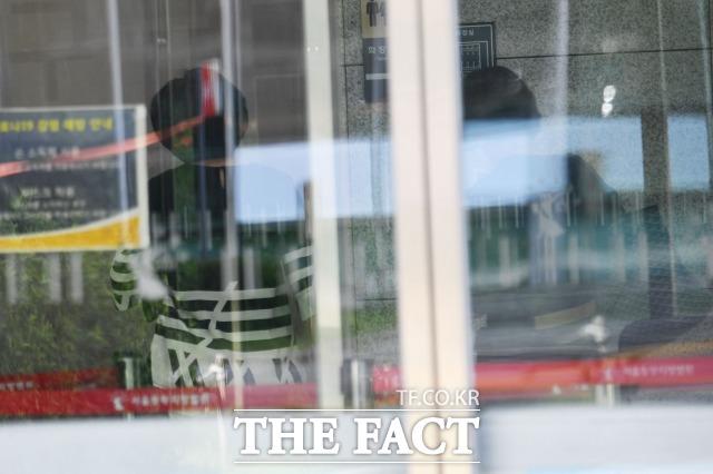 고 박원순 전 시장 사건 피해자의 실명을 공개한 최 모씨(오른쪽)가 9일 오후 서울 송파구 서울동부지방법원에서 징역 1년에 집행유예 2년을 선고 받고 법원을 나서고 있다. 사진은 최 모씨가 취재진을 발견하고 후문으로 향하는 모습. /남윤호 기자