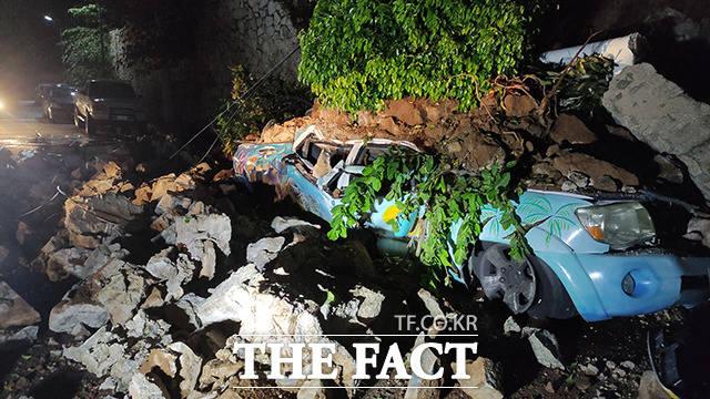8일(현지시간) 멕시코 아카풀코에서 자동차가 지진으로 무너진 잔해물에 깔려 있다. /아카풀코=신화.뉴시스