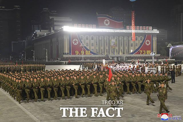 9일 새벽 북한 평양의 김일성 광장에서 공화국 창건 73돌 경축 민간·안전 무력 열병식이 열려 북한 군인들이 퍼레이드를 하고 있다. 이번 열병식은 기존 열병식 다르게 5년, 10년 단위 정주년이 아닌 73주년 기념으로 열려 이례적인 사례로 전문가들은 보고 있다. /평양=AP.뉴시스