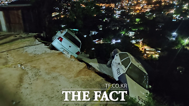 8일(현지시간) 멕시코 아카풀코에 위치한 한 도로가 지진의 영향을 받아 무너져 있다. /아카풀코=신화.뉴시스