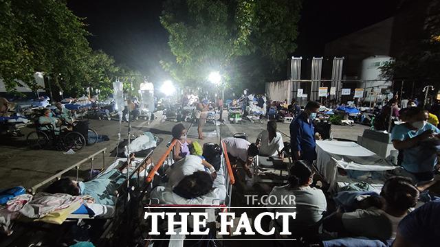 8일(현지시간) 멕시코 아카풀코에 위치한 한 병원 앞이 부상을 입은 시민들로 북적이고 있다. /아카풀코=신화.뉴시스