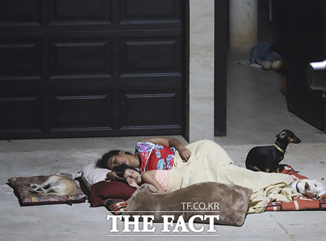 8일(현지시간) 멕시코 아카풀코에서 규모 7.1의 지진이 발생한 가운데 주민들이 지진을 피해 야외에서 취침을 하고 있다. /아카풀코=AP.뉴시스
