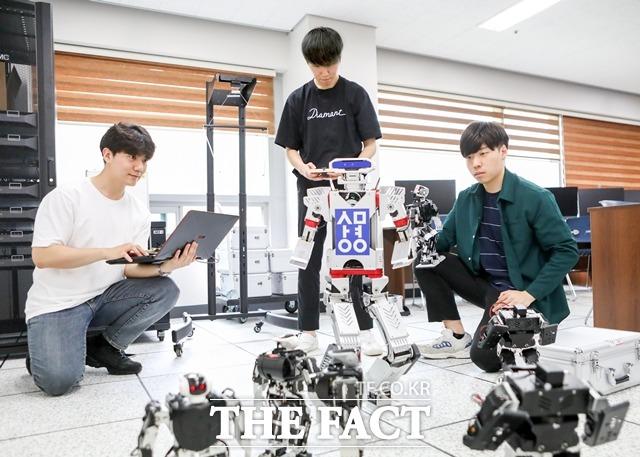 상명대 휴먼지능로봇공학과 학생들이 로봇개발에 참여하고 있다. / 상명대 제공