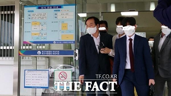 지난 6일 김주수 의성군수가 수천만원을 받은 혐의로 영장실질심사를 마치고 법정을 나오고 있다./의성=이민 기자