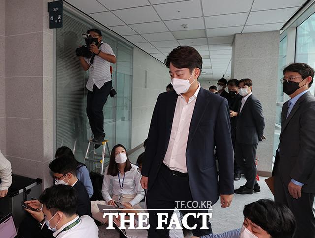 압수수색중인 김 의원실을 찾은 이준석 대표.