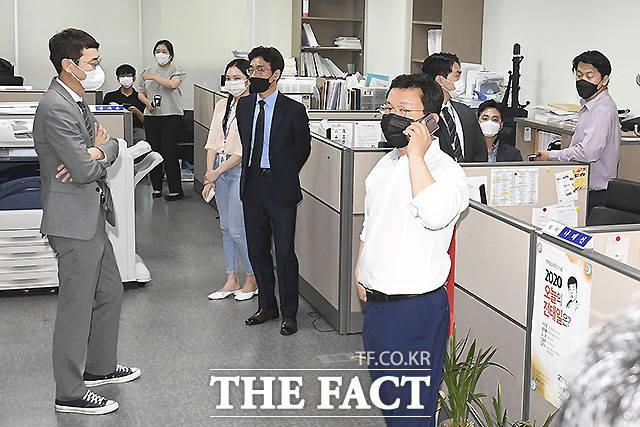 김 의원이 의원실에서 심각한 표정을 짓고 있다.