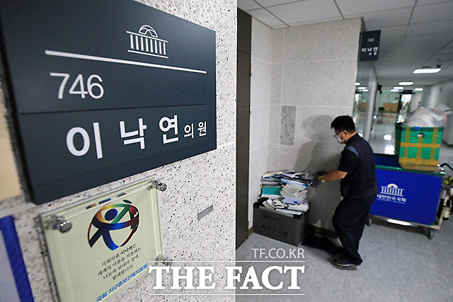 지난 9일 국회 의원회관에서 국회 직원이 이낙연 의원실에서 내놓은 책자와 서류 더미 등을 수거하고 있다. /이선화 기자